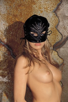 Half-masker met kattenogen en siernieten